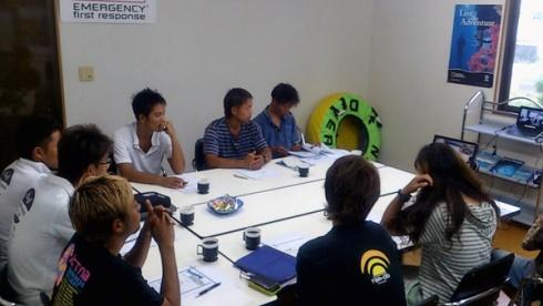 沖縄オフィスでは10名のプロメンバーが参加。東京とSkypeでつないで行なわれました。