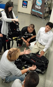 《スティングレイ・ジャパン》の野村さんに持ってきていただいた、いくつかのメーカーのテクニカル用のBCに興味津々だった参加者の皆さん。メジャーな器材メーカーでもサイドマウント用BC開発の動きがあり、今後が楽しみです。